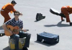 gitara podróże USA linie lotnicze bagaże piosenka