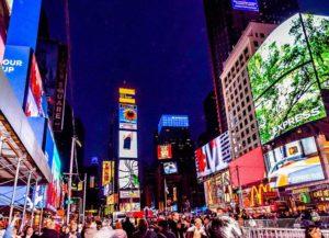 Times Square noc neony tłum ludzi Nowy Jork USA Manhattan