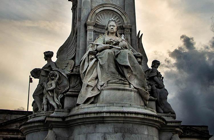 Pomnik Królowej Wiktorii ciekawostki o Londynie London Anglia