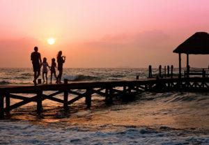Polska wakacje w Polsce z dziećmi dzieci wzburzone morze pomost rodzina zachód słońca