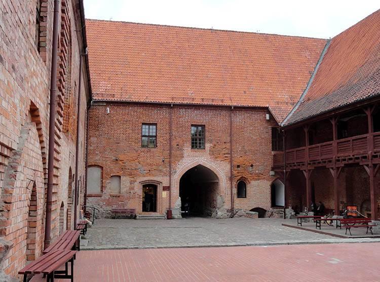 dziedziniec zamek krzyżacki Ostróda ciekawostki atrakcje zabytki