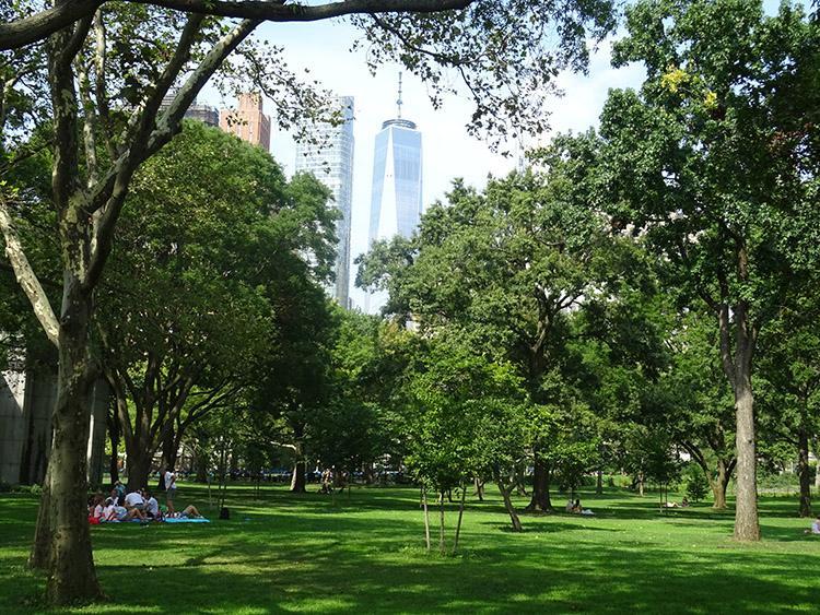 Battery Park Nowy Jork ciekawostki NYC drzewa trawa wieżowce WTC