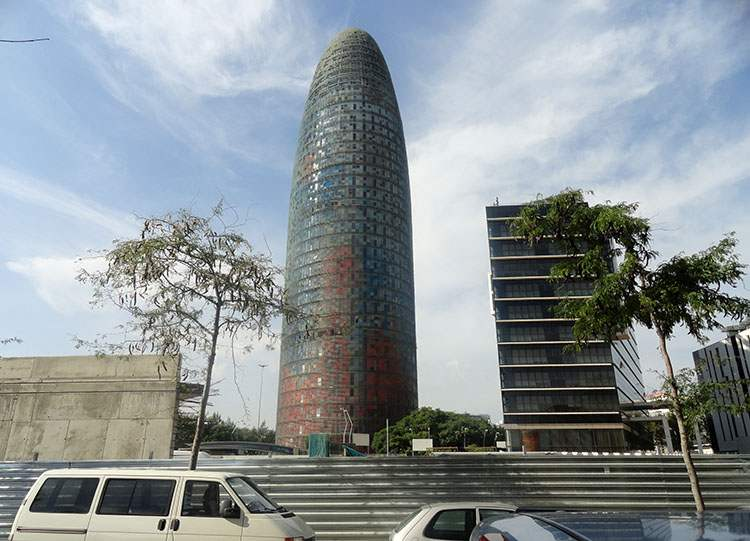 wieżowiec Torre Agbar Barcelona ciekawostki