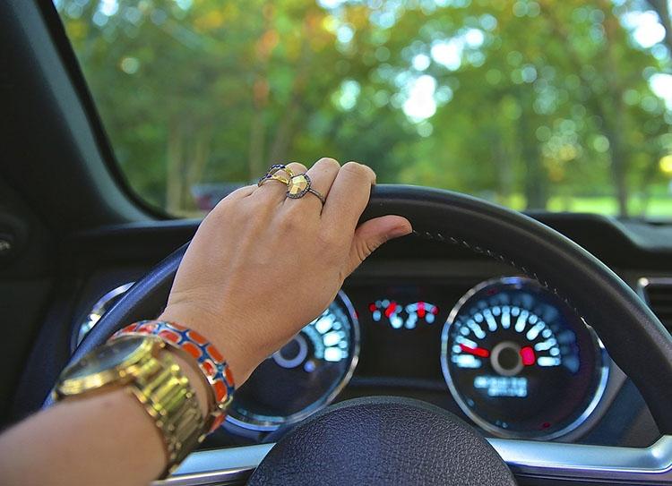 kobieta samochód kierowca ubezpieczenia ciekawostki AC OC