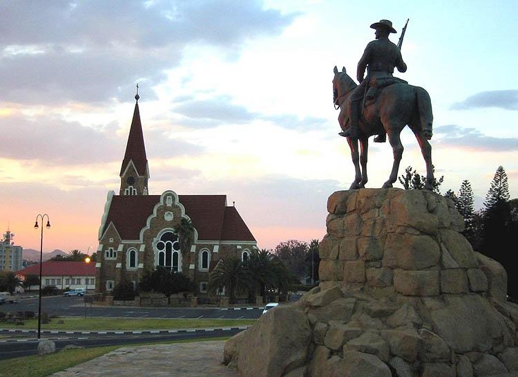 pomnik jeźdźca Windhuk Namibia ciekawostki atrakcje stolica miasto