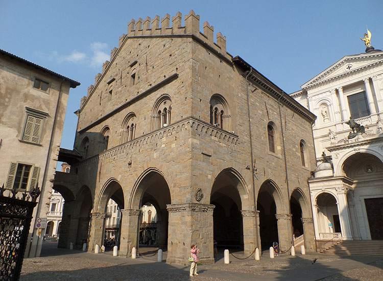 obok katedra św. Aleksandra Bergamo Lombardia Włochy ciekawostki atrakcje zabytki
