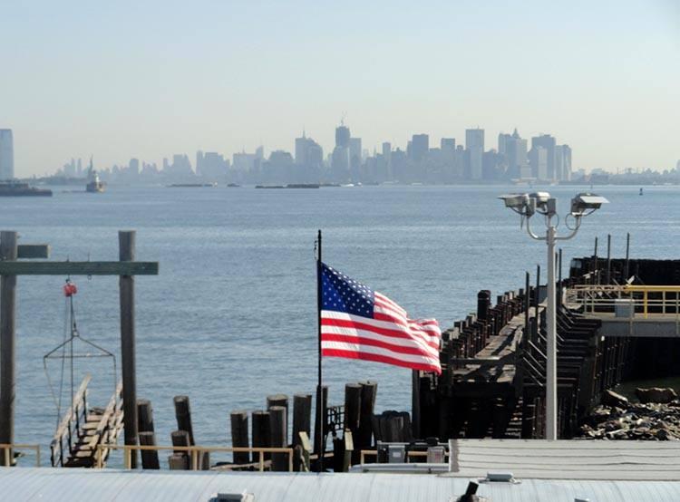 Staten Island nowojorski Manhattan wieżowce woda zatoka flaga USA