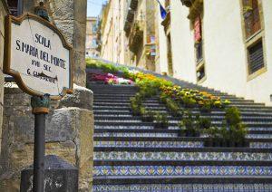 schody Santa Maria del Monte Sycylia ciekawostki domy tablica informacyjna