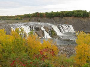 wodospad Cohoes Falls Nowy Jork USA wodospady ciekawostki jesień liście drzewa