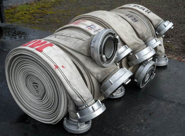 wąż strażacki gaszenie pożaru strażacy pożar ogień