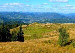 Karpaty Ukraina wakacje góry pola niebo zieleń krajobraz