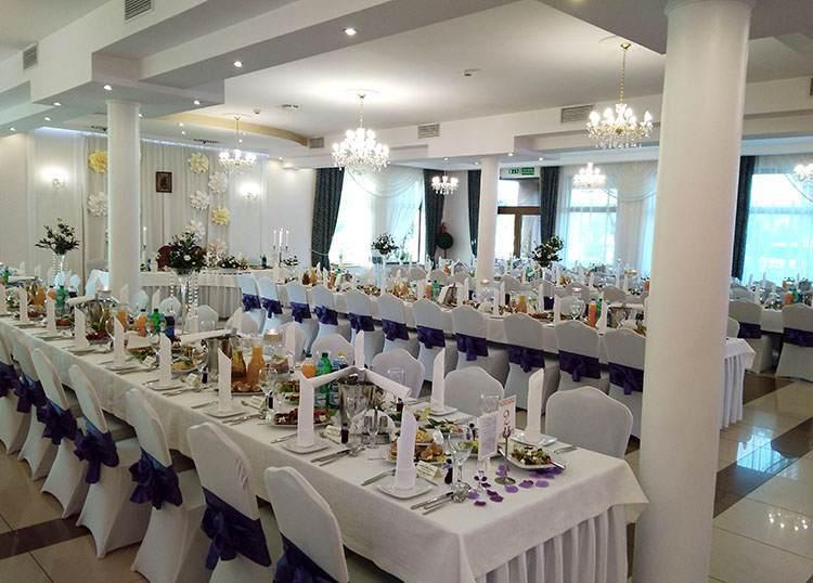 alkohole wesela atrakcje sala weselna stoły krzesła białe obrusy talerze