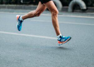 buty do biegania biegacz bieg sportowiec ulica