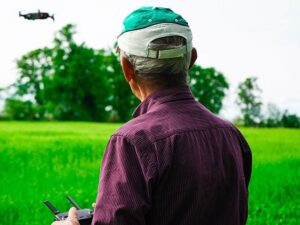 dron DJI Mavic Air 2 drony sterowanie człowiek