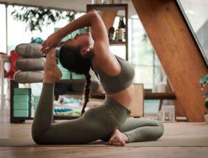 plan treningowy trening ćwiczenia wysportowana młoda kobieta gimnastyka joga