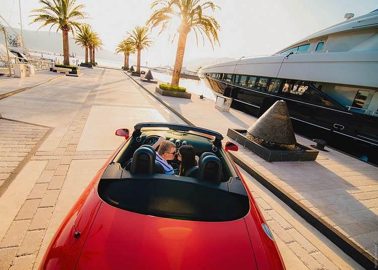 podróż poślubna ciekawe miejsca palmy czerwony samochód kabriolet droga