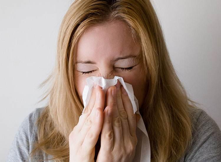 kobieta katar wycieranie nosa smarkanie