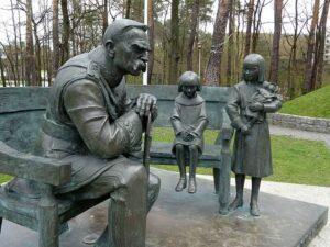 ławeczka pomnik Piłsudskiego w Sulejówku