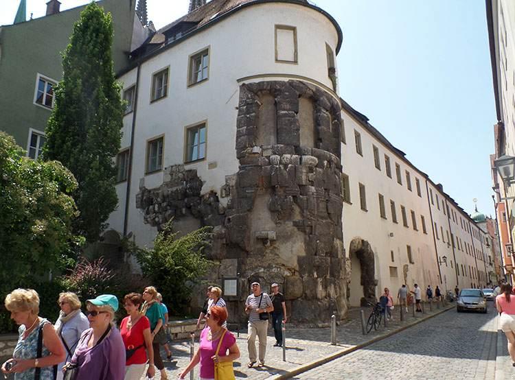 Porta Pretoria w Ratyzbonie Regensburg Stare Miasto wycieczka turyści