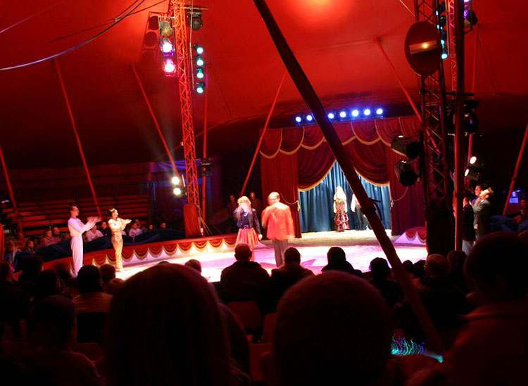 cyrk przedstawienie cyrkowe pokazy cyrki