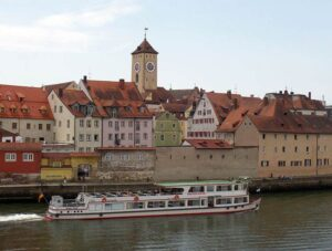 miasto Regensburg panorama kamienice rzeka Dunaj statek Bawaria zabytki Niemcy