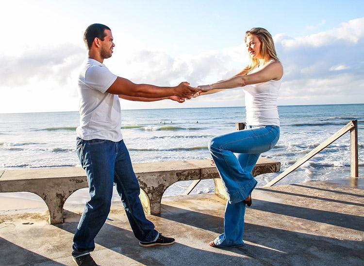 taniec para tańczy na plaży morze