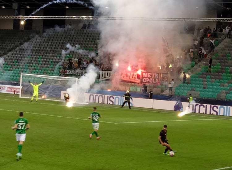Olimpija Ljubljana Stozice Stadium mecz piłkarski petardy strażacy