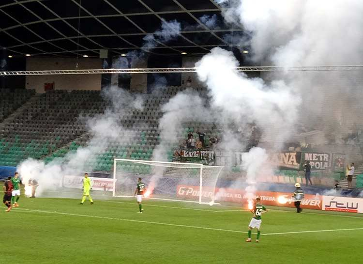 Stozice Stadium petardy strażacy mecz murawa stadionu piłkarze