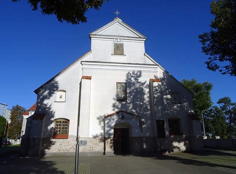 Kościół Trójcy Świętej fasada Błonie ciekawostki atrakcje zabytki