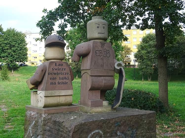 park przy zalewie Kamionka pomnik LEGO