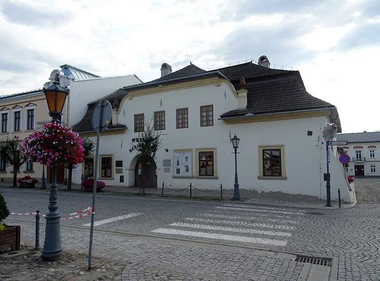 Dom na dołkach Muzeum Regionalne w Starym Sączu rynek