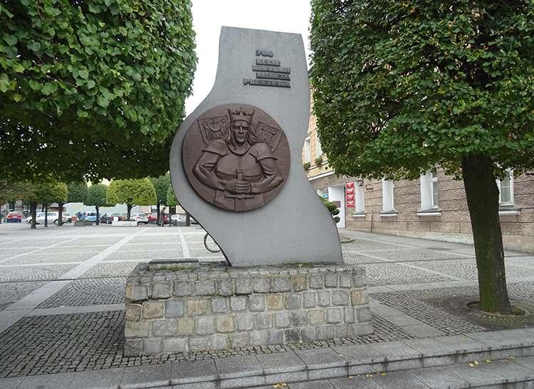pomnik obelisk król Przemysł II na rynku w Pleszewie