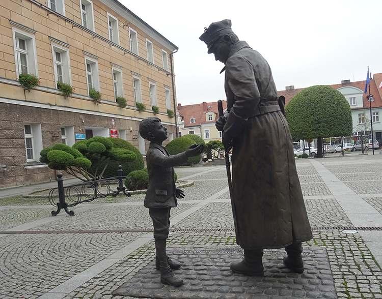 pomnik na rynku w Pleszewie Powstanie Wielkopolskie powstaniec