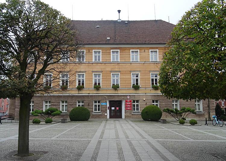 klasycystyczny ratusz urząd miasta Pleszewa na rynku