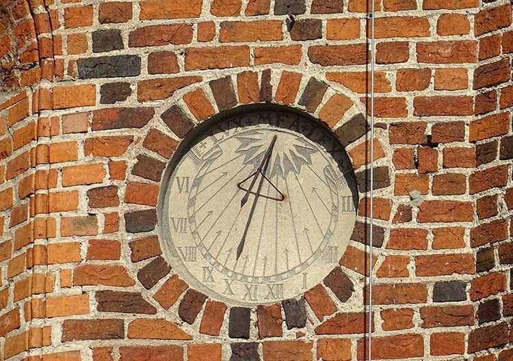 zegar słoneczny-kościół św. Michała Archanioła w Płońsku