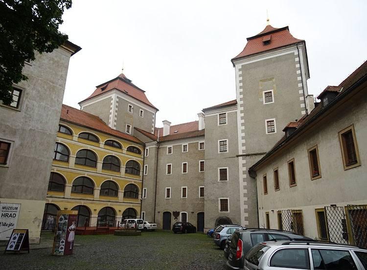 zamek muzeum dziedziniec Mlada Boleslav Czechy ciekawostki atrakcje zabytki