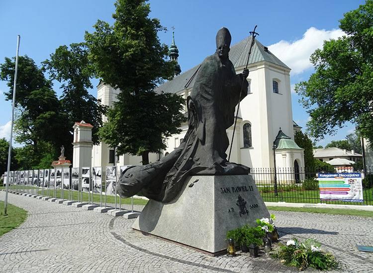 Jan Paweł II pomnik bazylika katedra Łowicz ciekawostki atrakcje zabytki