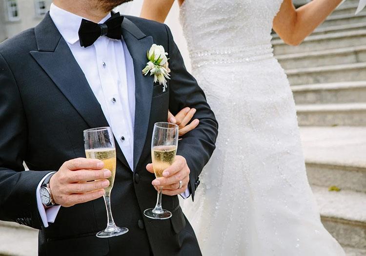 oryginalne atrakcje weselne państwo młodzi suknia ślubna garnitur kieliszki szmpana